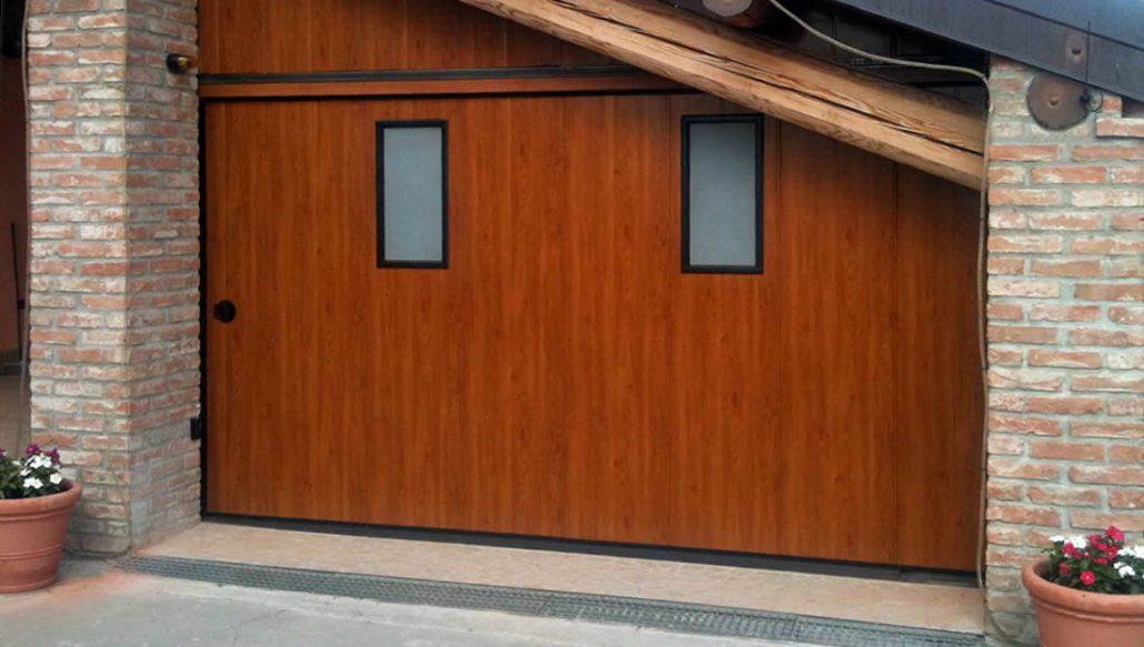 Porte e portoni garage scorrevoli laterali e verticali - Portoni garage con finestre ...